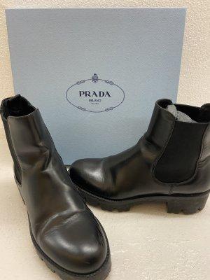 Wintertrend: Derbe Prada-Boots in Schwarz aus Leder mit griffiger Sohle - Chelsea Boots mit Stretcheinsatz