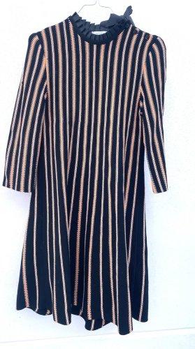 Wollkleid mit Plissiertem Kragen und Schleife