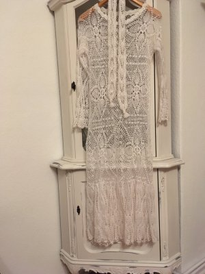 Wunderschöne gehäkelte lange Kleid mit passende gehäkelte Gürtel.