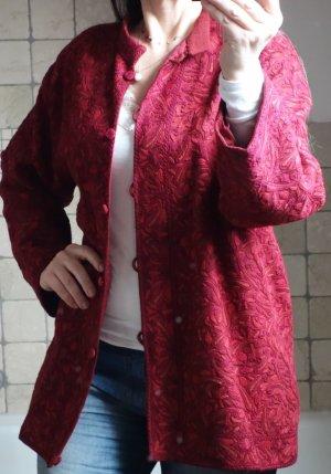 Wunderschöne Jacke, bestickt aus Indien, Handarbeit, gefüttert, in einem tollen Rot, bordeauxrot, dunkelrot, kleiner Stehkragen, Stickerei, Bordüre, edel, besonders, ausgefallen, aufwendig gearbeitet, überzogene Knöpfe, NP € 300,- sehr guter Zustand, Gr.