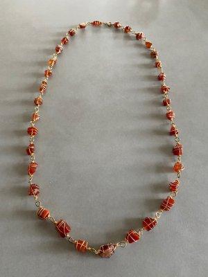 Wunderschöne lange Halskette mit braunen Steinen und goldfarbenen Schmuckdraht