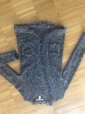 Wunderschöne Strickjacke schwarz weiß gemustert, fransig eingefasst und ohne Knöpfe