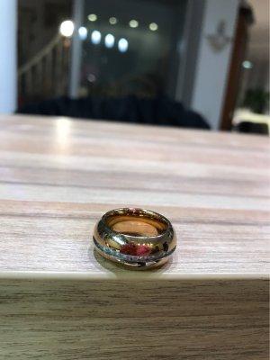 Wunderschöner abgerundeter Ring mit rundherum Steine