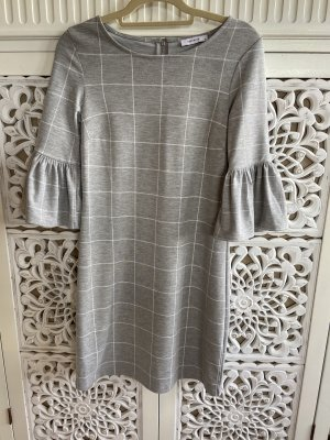 Wunderschönes graues Kleid und Karomuster