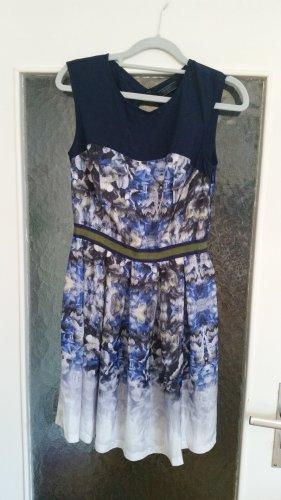 Wunderschönes Kleid mit Blumenprint von Guess.