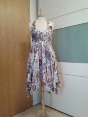 Wunderschönes pastellfarbenes Kleid für den Sommer mit hoch angesetzter Taille