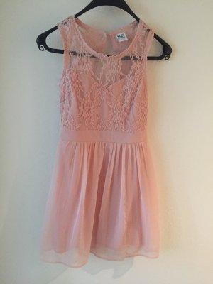 wunderschönes rosanes Spitzenkleid mit offenem Rücken