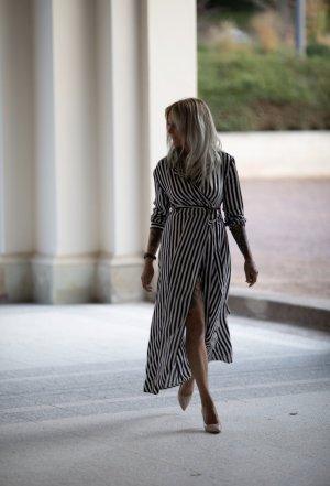 Wunderschönes Schwarz Weiß gestreiftes Maxi-Kleid