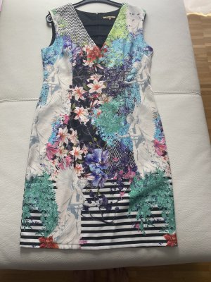 Wunderschönes Sommerkleid mit apartem Ausschnitt