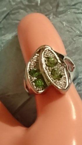Wunderschonner Ring mit grüne Steine Gr .17