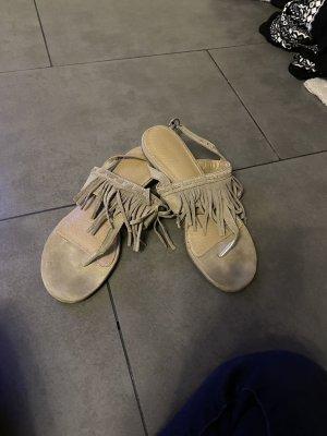 Sandały na obcasie z paskiem w kształcie litery T jasnobeżowy