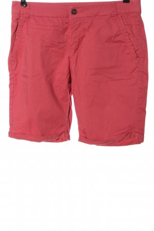 Yessica Bermudas red casual look