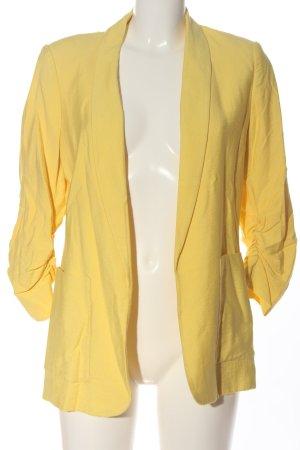 Yessica Blazer largo amarillo pálido look casual