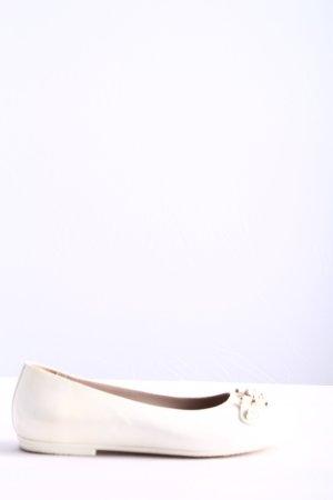 Young Versace Bailarinas de charol con tacón blanco look casual