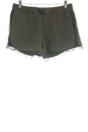 Zara Basic Shorts olivgrün-schwarz Street-Fashion-Look