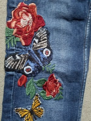 Zara: Bestickte Jeans