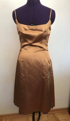 Zara festliches Träger-Kleid aus goldfarbenem satinarftigem Acetat Gr.M getragen
