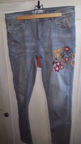 Zara graue Jeans Blumen Stickerei Gr.36/38 (40)