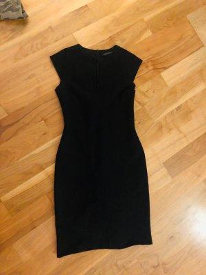 Zara Kleid in schwarz, recht klassisch, knielang, Größe M, kurzer Arm, Schlitz