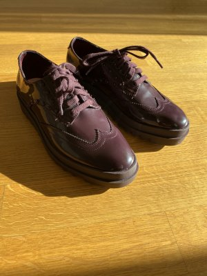 Zara: Lackschuhe in Brombeerfarben(Oxford Style)