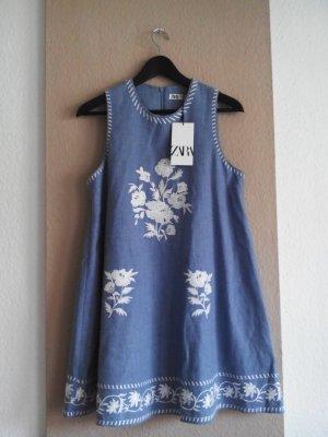 Zara Minikleid in hellblau mit Stickerei, 52% Leinen, Größe M, neu
