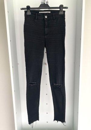 Zara - Skinny Jeans mit Cutouts an den Knien in Schwarz