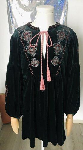Zara Waldgrünes Samtkleid mit Stickereien in Pastellrosa