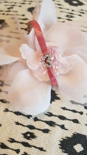 Zarte rosa Ansteckblüte mit schmalem Strassherzarmband