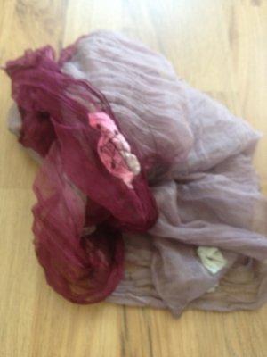 Zarter Schal mit Blümchen