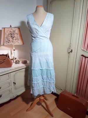Zauberhaftes eisblaues Wickelkleid mit viel Spitze