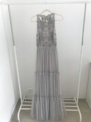Zauberhaftes Kleid mit tiefen Rückenausschnitt
