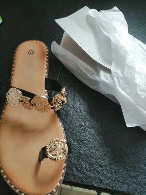 Sandalias de tacón con talón descubierto negro-color oro