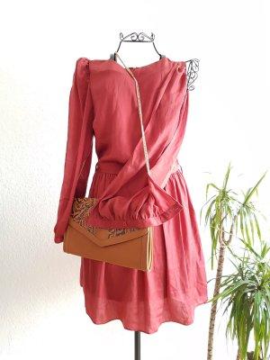 Ziegelfarbenes Kleid mit Armschlitz