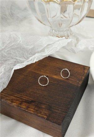 Zierliche kleine feine Kreis Ring Silberfarbene goldene Twist Ohrstecker in minimalistischem Stil