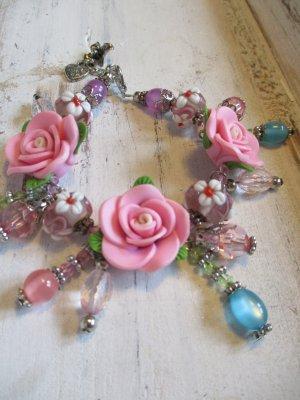 zuckersüßes romantisches Bettelarmband mit 3D Rosen in Rosa