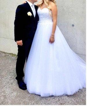 Zwei Hochzeitskleider