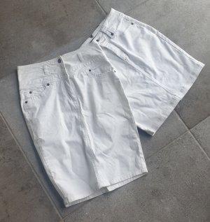 zwei weiße Jeansröcke