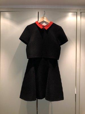 Zweigeteiltes Kleid mit rotem Kragen