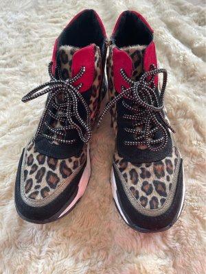 Zweimal getragene Tiger-Sneaker