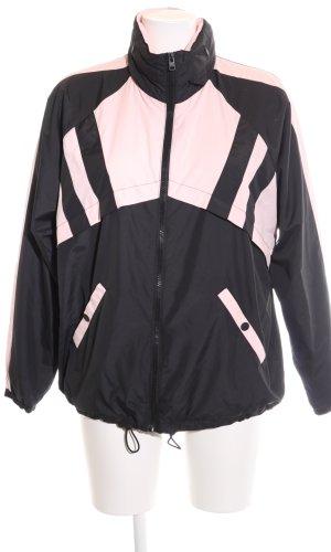 Hollister Poncho para lluvia negro-rosa look casual