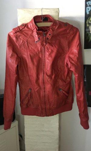 Rote Lederjacke im Biker-Look