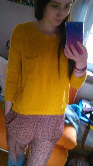 gelber Pullover, leicht Vokuhila