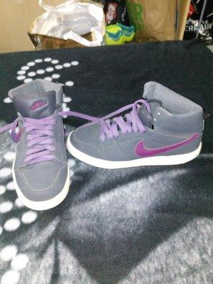 Lila Graue Nike Schuhe