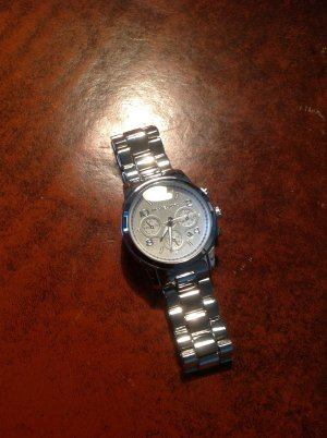 Wunderschöne neue Uhr silbern farben funktioniert