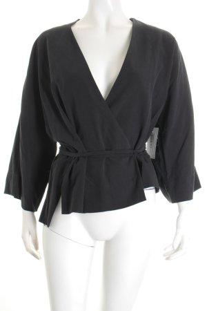 1--01 Babaton Kimono-Bluse schwarz Street-Fashion-Look