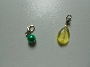 2 Charmanhänger gelb und grün