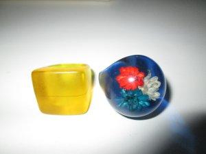 2 Kunstharzringe Ringe Modeschmuck blau mit Blume & Gelb 90er Vintage