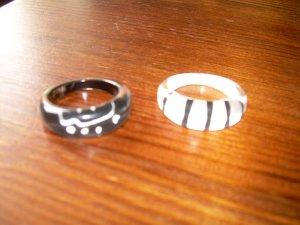 2 Kunststoff-Ringe schwarz/weiß Ethno Afrika