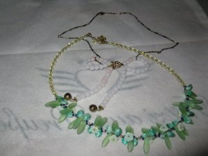 2 Schöne, weibliche Ketten (grün u. hellrosa), die grüne davon ist Designerkette
