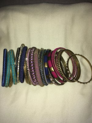 25 Armbänder in allen Farben